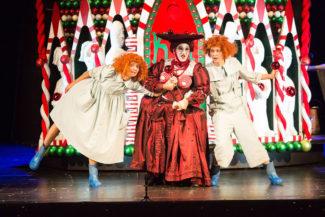 В сказочном спектакле мальчика поет девушка, а ведьму – мужчина. Фото - Д. Кочетков