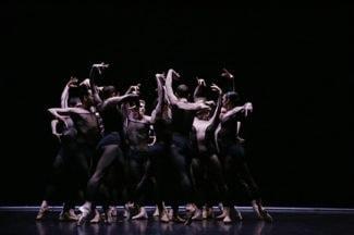 Танцевальная компания Дрездена-Франкфурта. Фото - Raffaele Irace / dance-inversion.ru