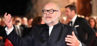 Интендант Юрген Флимм приветствует гостей при открытии Государственной оперы Unten den Linden в Берлине