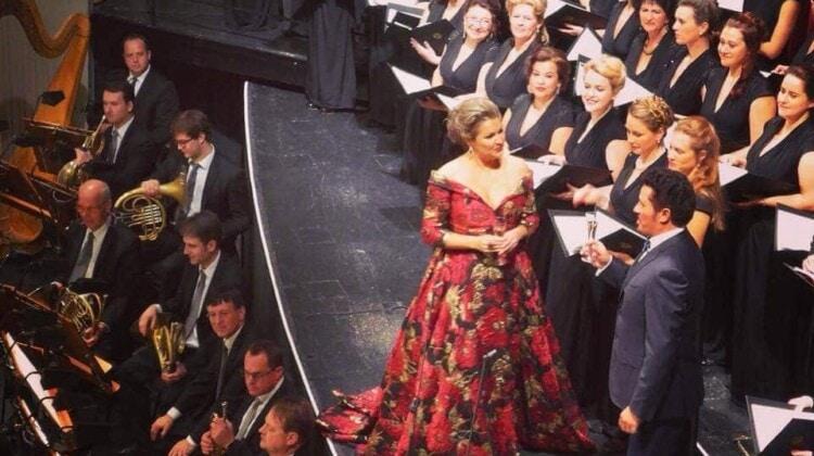 Анна Нетребко получила медаль от хора Венской Штаатсопер. Фото - facebook