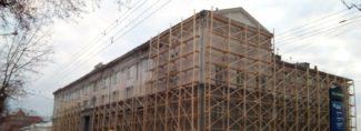 Здание новосибирской консерватории обросло лесами