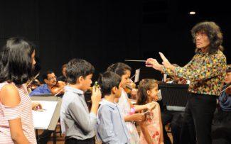 Концерт в Индии с участием местных детей, приобщающихся к европейской музыке