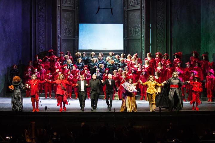 Финальный поклон после премьеры. Фото - Даниил Кочетков