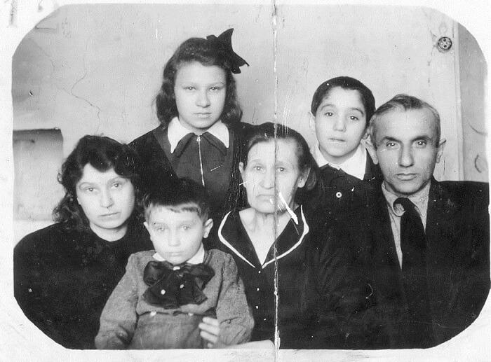 Мама, сестра Галя, Валера, бабушка, брат Лёва, отец. Воркута. Конец 40-х годов