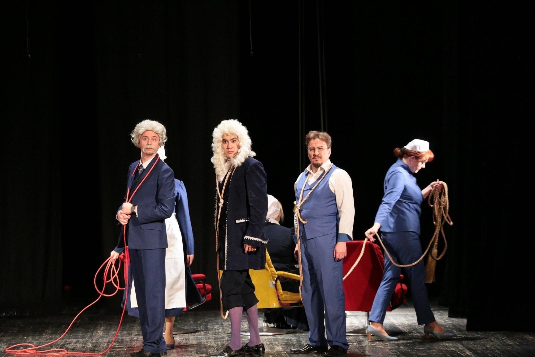 """Эёнштейн, Ньютон, Мёбиус и его сиделка. Сцена из оперы """"Физики"""" в постановке Диего Вилли Корна"""