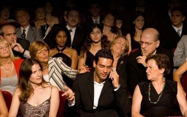 Если уж по какой-то причине вы не можете на время концерта оставить свой мобильный, то сидите и не отсвечивайте