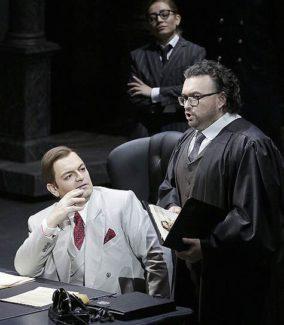 """Сцена из оперы Верди """"Бал-маскарад"""" в постановке Давиде Ливерморе. Фото - Дамир Юсупов"""