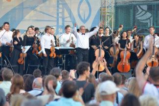 Тюменский филармонический оркестр может дать концерт классической музыки и на уличной сцене, и в торгово-развлекательном центре. Фото - Анатолий Меньшиков/РГ