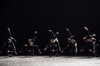 Режиссер разрушает балетные стереотипы, сместив внимание зрителей с ног на руки и корпус. Фото - Карина Житкова/ РГ
