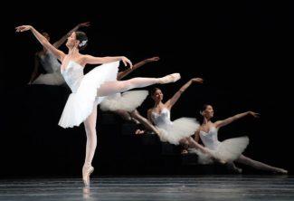 """""""Сюита в белом"""" взяла чистой красотой - аполитичной и бессюжетной. Фото - Юрий Мартынов"""