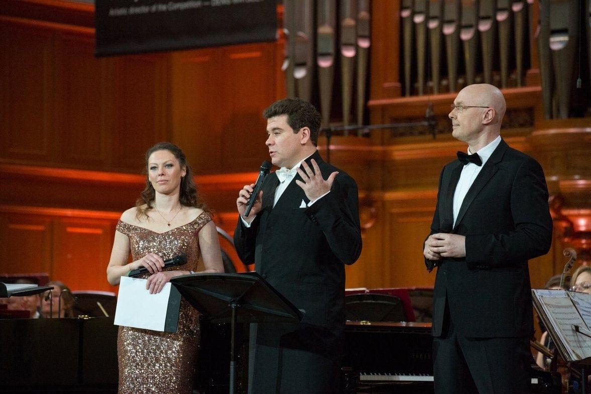 Ирина Тушинцева, Денис Мацуев и Юлиан Макаров на сцене БЗК. Фото - пресс-служба Конкурса