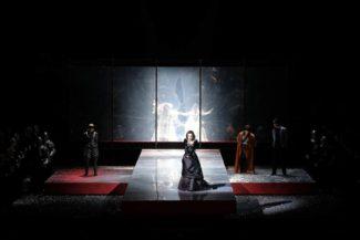 """Сцена из оперы """"Анна Болейн"""" в посановке Грэма Вика. Фото - ENNEVI"""