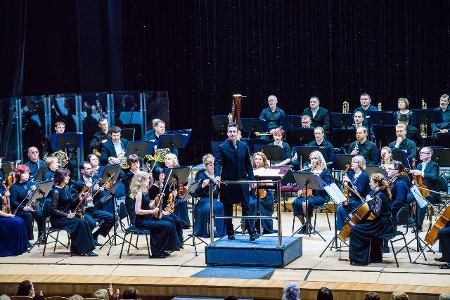 Михаил Грановский и оркестр Томской филармонии. Фото - Игорь Волк
