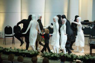 Мимический ансамбль в белых и черных костюмах, изображающих клавиатуру