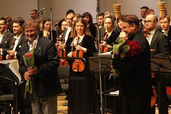 Алексей Рыбников (слева) и Александр Сладковский получают поздравления после концерта. Фото - Сергей Бирюков