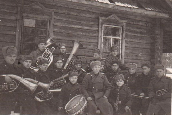 Оркестр 250-й стрелковой дивизии. Георгий Полтараус – второй справа. Фото предоставлены Краеведческим музеем г. Погара