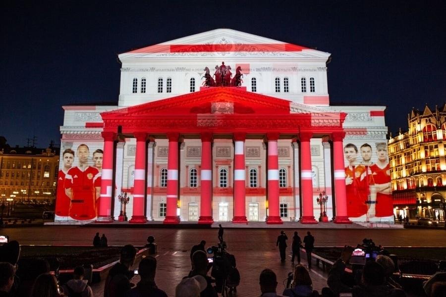 Adidas накануне официального старта Чемпионата мира по футболу FIFA 2018 в России подсветил фасад Большого театра серией уникальных проекций о футболе и креативности в игре