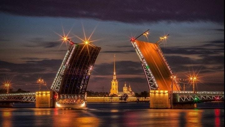 Дворцовый мост в Санкт-Петербурге разводят под музыку Олега Каравайчука
