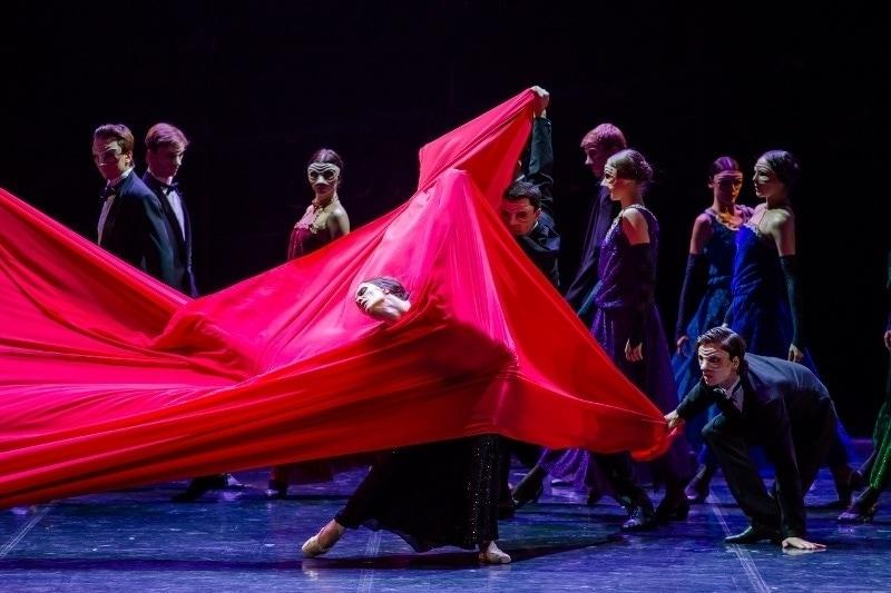 В постановке «Красная Жизель» звучит музыка Чайковского, Шнитке и Бизе