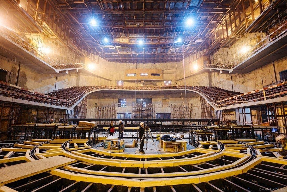 Ряды партера смогут как приподниматься на высоту до 2,5 метров, так и полностью складываться, превращая зал в ровную площадку