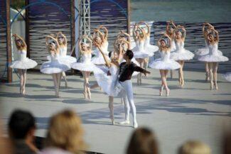 """В сценах на озере в кордебалете выступали 32 балерины-""""лебеди"""". Фото - Алексей Головщиков"""