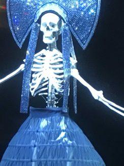 """""""Пиковая дама"""" в постановке Ханса Нойенфельса на Зальцбургском фестивале: Царица появляется в образе огромной куклы-скелета в бальном платье"""