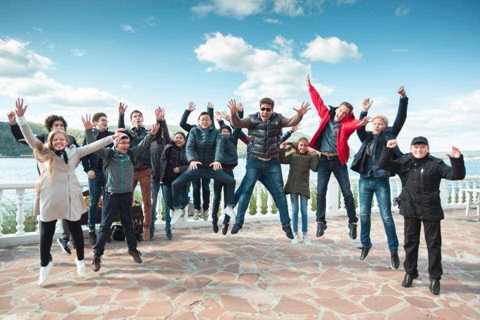 Фирменный «грандпьяновский прыжок». Фото - страница Дениса Мацуева/Facebook
