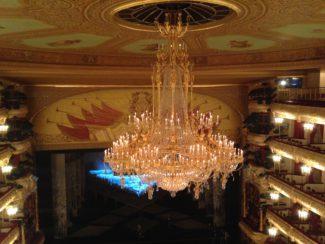 Главная люстра Большого театра спустилась, чтобы засиять еще ярче