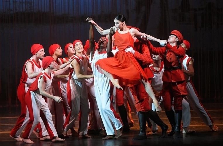 Сцена из спектакля «Айседора. Фото - Кристина Кормилицына