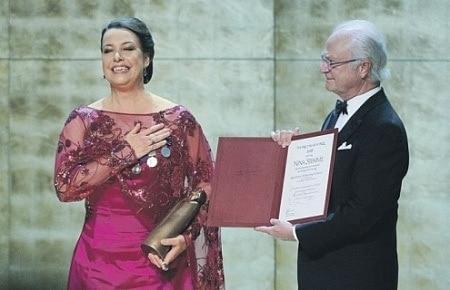 Награду певице Нине Стемме король Швеции вручил лично. Фото - Fredrik Stehn с сайта www.birgitnilssonprize.org