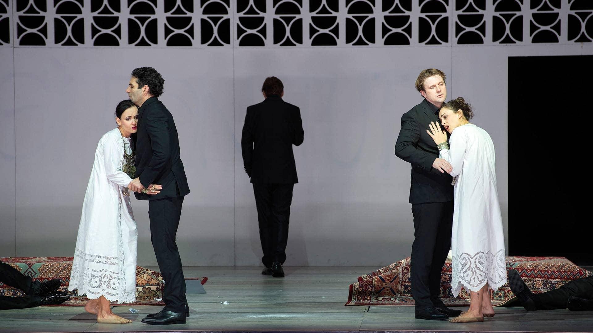 """Сцена из оперы Моцарта """"Cosi fan tutte"""" в посттановке Кирилла Серебренникова. Фото предоставлены Цюрихской оперой, автор - Monika Rittershaus."""