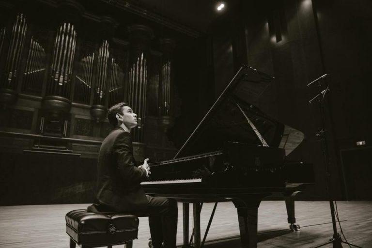 Российский пианист Дмитрий Шишкин победил на конкурсе в Женеве