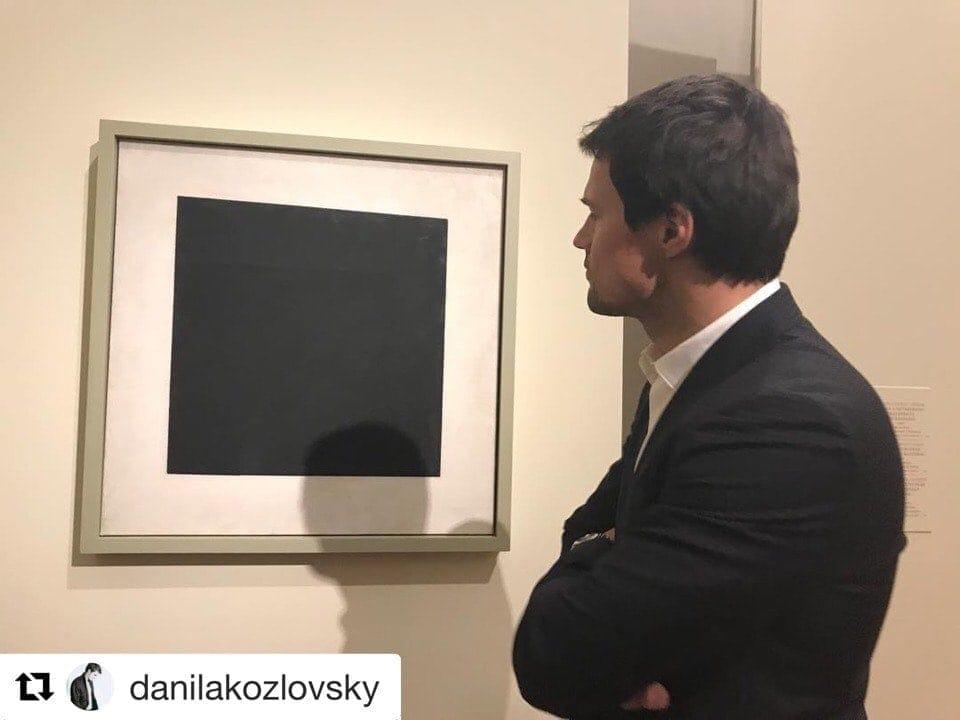 В своём инстаграмме Данила Козловский выложил снимок на фоне чёрного квадрата с призывом идти на премьеру