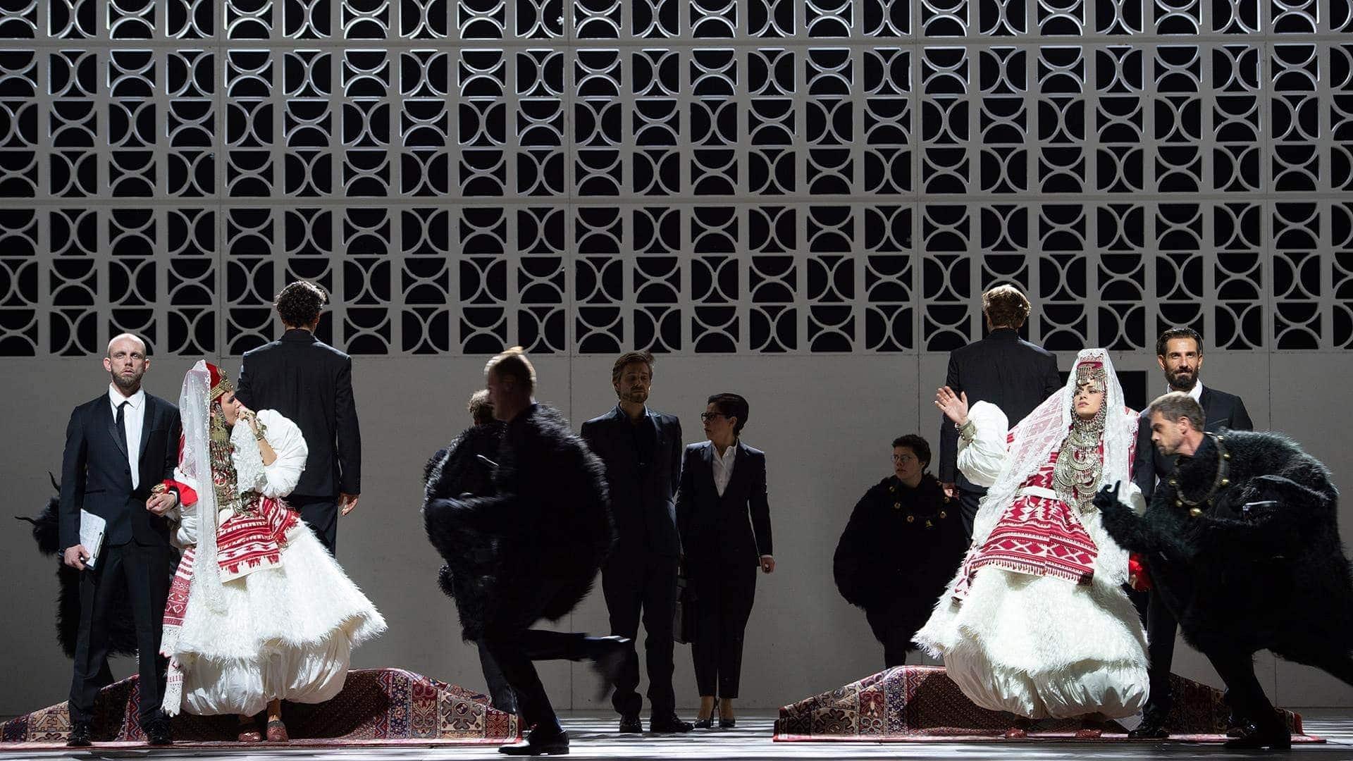 """Сцена из оперы Моцарта """"Cosi fan tutte"""" в постановке Кирилла Серебренникова. Фото предоставлены Цюрихской оперой, автор - Monika Rittershaus."""