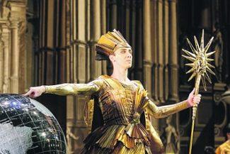 Во дворце Короля (Максим Клековкин), чей пылающий золотом костюм напоминает о «короле-солнце» Людовике XIV. Фото - Ольгf Керелюк