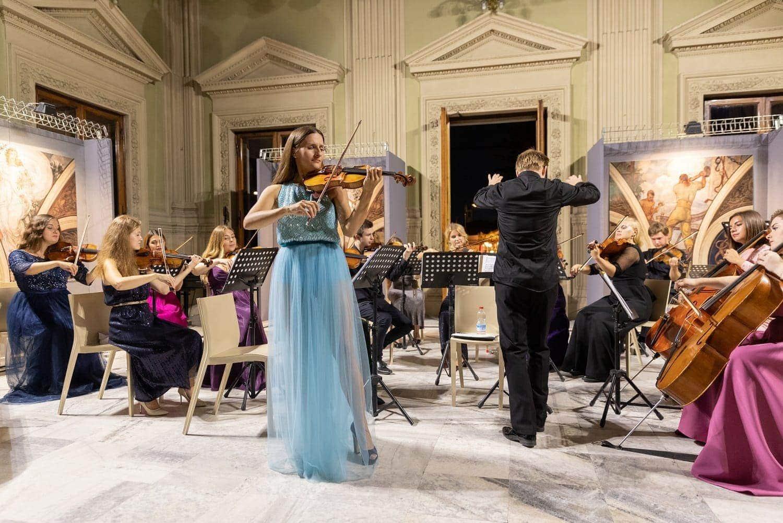 Светлана Безотосная (скрипка) и Московский молодёжный камерный оркестр