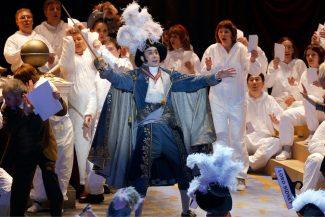 По либретто персонажи пытаются попасть в Реймс на коронацию монарха. Фото - Дамир Юсупов / Большой театра