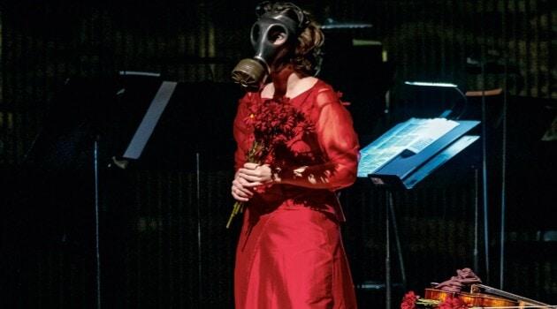 На поклоны Патриция Копачинская вышла в противогазе; по ее замыслу, это символизировало гуманитарную и экологическую катастрофу, что охватывает нашу планету
