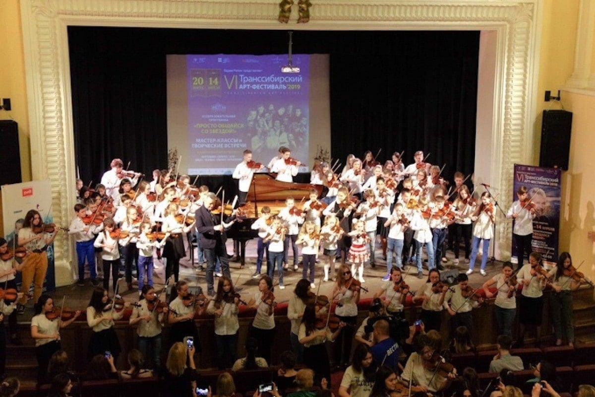 Образовательная программа VI Транссибирского Арт-фестиваля завершилась флешмобом «Сто скрипок»