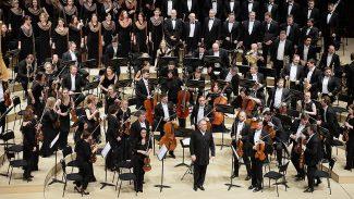 Валерий Гергиев и оркестр Мариинского театра. Фото: Юрий Мартьянов / Коммерсантъ