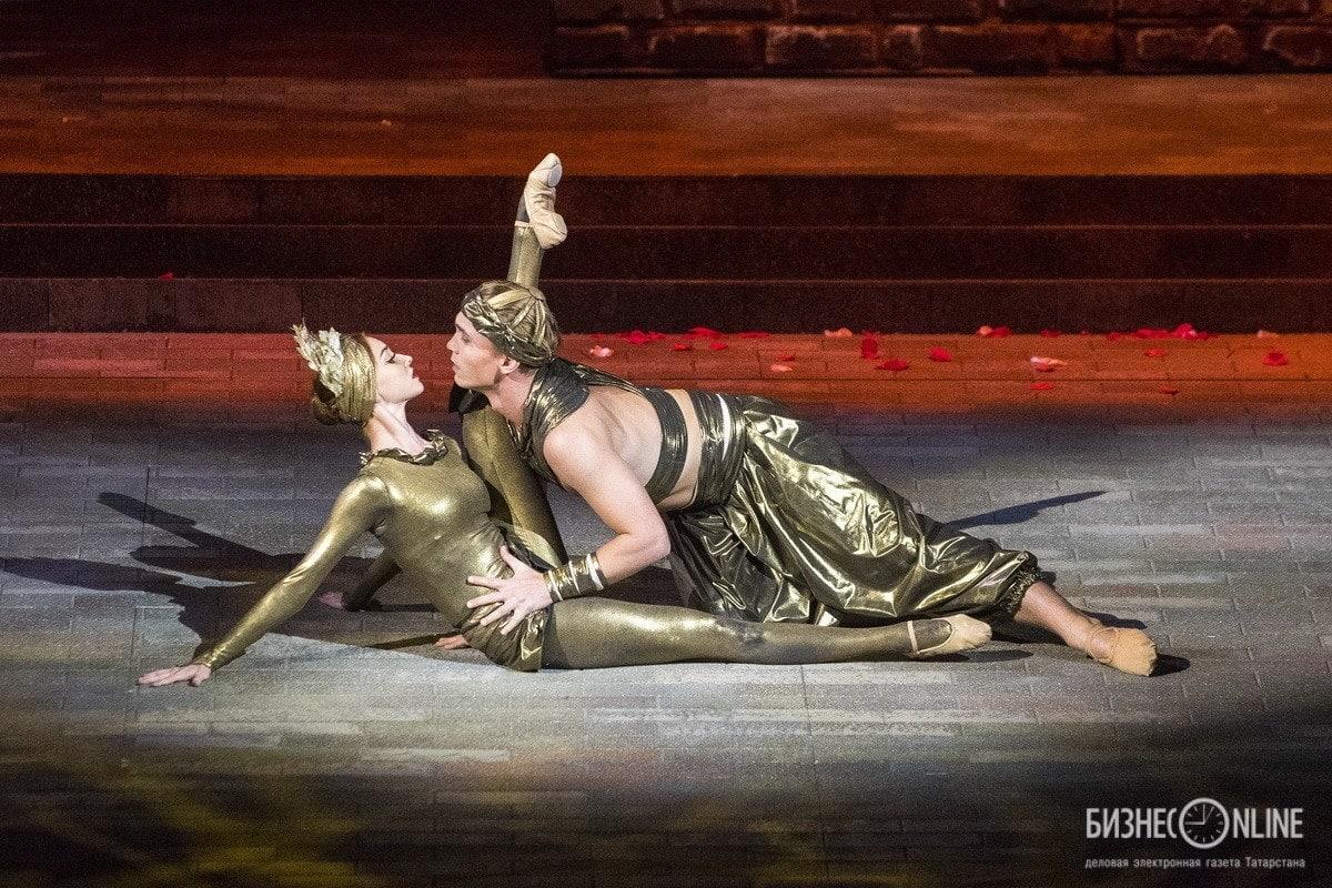 Как и положено в большой опере, нашлось место и балету