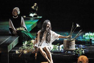 Бедной Лукреции (Гаяне Бабаджанян в центре) уготована страшная смерть за любовь. Фото - Даниил Кочетков / Новая Опера