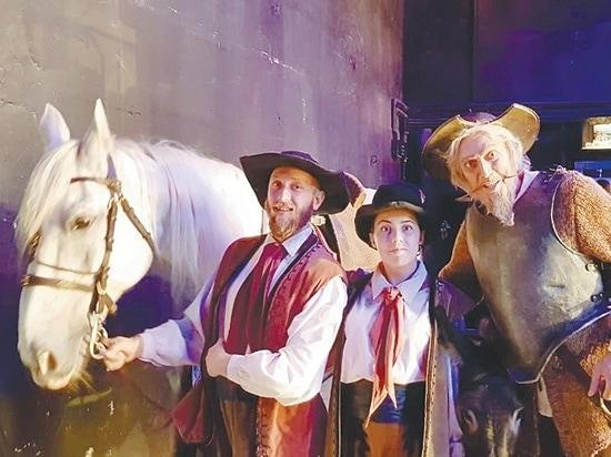Кокс готовится к выходу в спектакле «Дон Кихот»