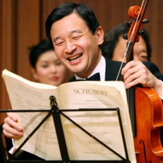 Нарухито, новый император Японии, играет на альте