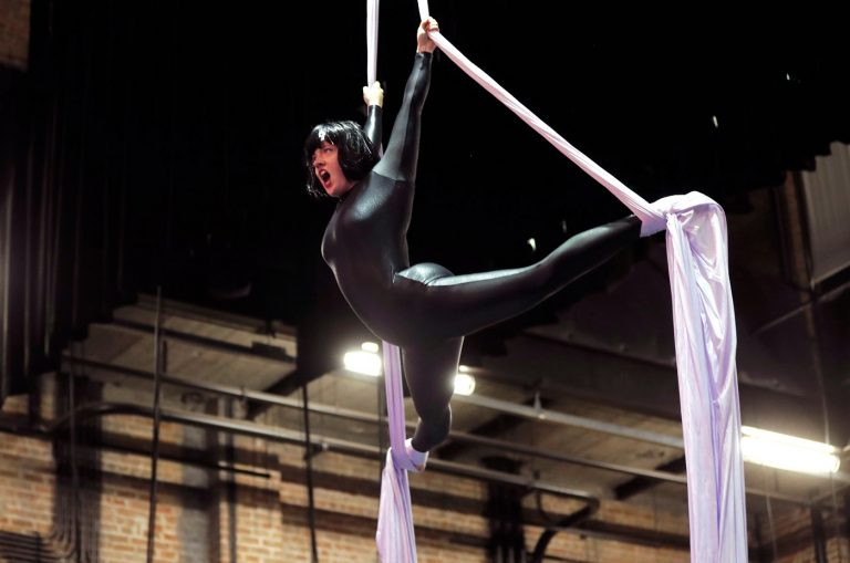 Воздушная гимнастка исполняет арию Царицы ночи