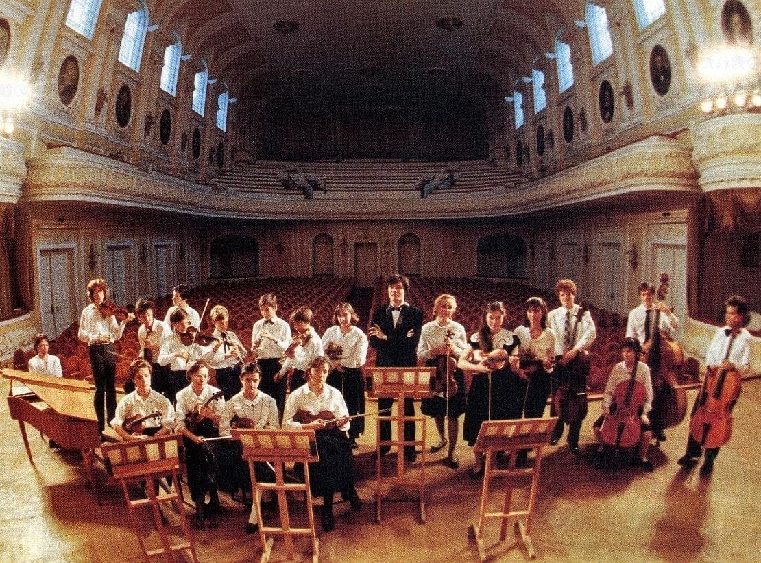Первый состав оркестра «Гнесинские виртуозы». Дирижер – Михаил Хохлов
