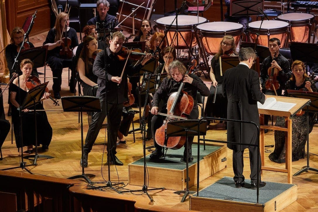 Двойной концерт для скрипки и виолончели Брамса исполняют Кристоф Барати, Александр Князев и оркестр «Новая Россия», дирижёр Ян Латам-Кёниг