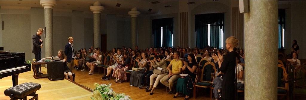 В камерной и почти семейной обстановке Малого зала филармонии Людвиг Бём выступил с насыщенной фактами часовой презентацией, в которой раскрыл все стороны деятельности своего гениального предка