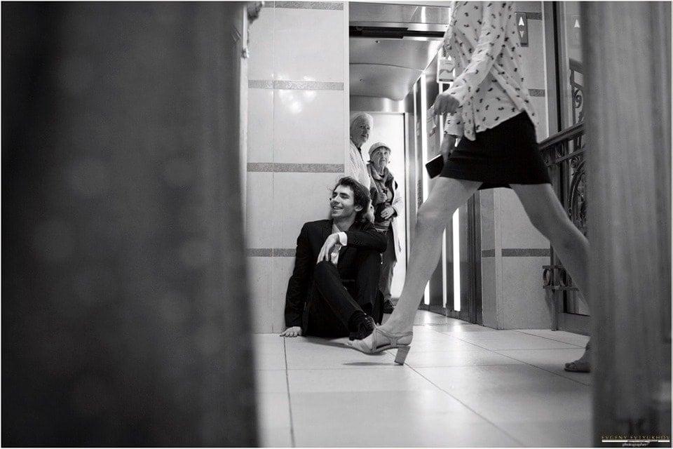 Александр Канторо́в за кулисами в трехминутном перерыве между Концертами Чайковского и Брамса. Фото - Евгений Евтюхов