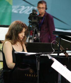 За роялем Эвелина Березовская (фортепиано), исполнявшая Мессиана, Скрябина и Рахманинова
